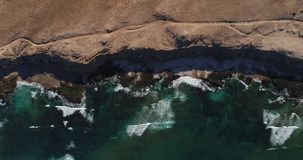 Les ressacs vont au rivage du sable La vue à partir du dessus, l'hélicoptère décolle banque de vidéos