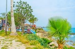 Les restaurants dans le jardin de bord de la mer du côté Photo libre de droits
