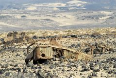 Les restes d'une carlingue d'un camion soviétique GAZ-66 restent à l'ancien champ de mine près d'Aden, Yémen Images libres de droits