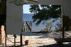 Les restes de la maison détruits par ouragan Katrina donnent sur le Golfe du Mexique images stock