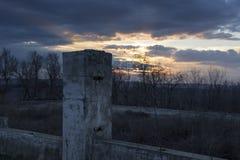 Les restes des maisons détruites au coucher du soleil Images libres de droits