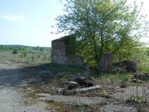 Les restes des maisons dans la zone d'exclusion créée après l'accident de Chernobyl au Belarus Image libre de droits