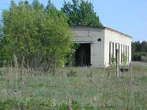 Les restes des maisons dans la zone d'exclusion créée après l'accident de Chernobyl au Belarus Image stock