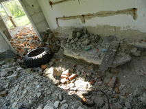 Les restes des maisons dans la zone d'exclusion créée après l'accident de Chernobyl au Belarus Photo stock