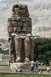 Les restes du colosse du sud aux colosses de Memnon à Louxor, Egypte Image stock