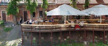 Les retraités a un repos en café extérieur Images libres de droits