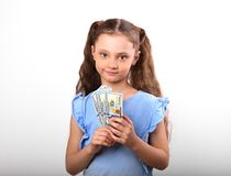 Les riches de sourire heureux badinent la fille tenant l'argent sur les WI blancs de fond Images stock