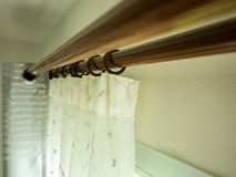Les rideaux avec le rail au dessus de l'anneau Image stock