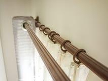 Les rideaux avec le rail au dessus de l'anneau Photo libre de droits