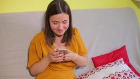 Les rires de fille de portrait, utilise le smartphone, embarrasse clips vidéos