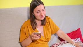 Les rires de fille, utilise le smartphone, embarrasse banque de vidéos