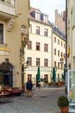 Les riverains marchent par les rues de la vieille ville à côté de Photos stock
