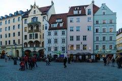 Les riverains marchent par les rues de la vieille ville à côté de Photographie stock libre de droits