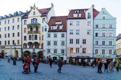 Les riverains marchent par les rues de la vieille ville à côté de Images stock