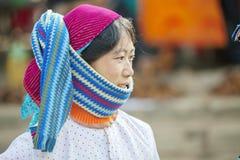 Les robes des femmes de minorité ethnique, au vieux marché de Dong Van photo libre de droits