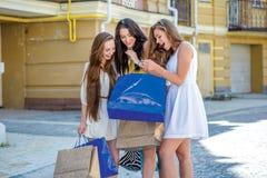 Les robes des nouvelles femmes Filles tenant les paniers et la promenade sur Photo stock