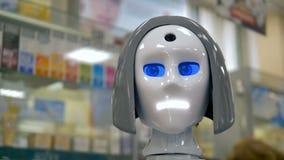 Les robots blancs se dirigent pendant son travail à une pharmacie banque de vidéos
