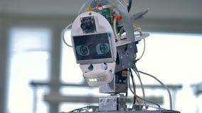 Les robots se dirigent dans la vue étroite avec le câblage intérieur évident clips vidéos