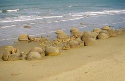Les rochers de Moeraki sur Koekohe échouent, la côte d'Otago, Ne Photographie stock