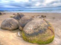 Les rochers de Moeraki sur la plage de Koekohe près de Moeraki image stock