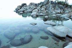 les rochers effacent l'eau de granit Image stock
