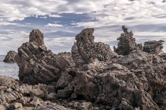 Les roches célèbres de l'interception commandée en vol Trezza, Catane, Sicile, Italie photographie stock