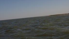 Les roches de bateau sur les vagues banque de vidéos