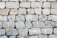 Les roches de couleur de ton de la terre ont coupé et ont aligné dans le mur Image libre de droits