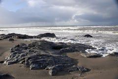 Les roches de noir sur la plage de Ballybunion Photographie stock