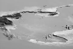 Les roches donnent une consistance rugueuse sur le paysage de sable Dunes de Sahara Desert Morocco Rebecca 36 monochrome photographie stock libre de droits