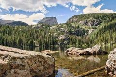 Les roches du lac bear image stock