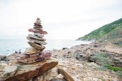 Les roches empilées représentent l'équilibre et l'harmonie sur la côte Photographie stock libre de droits