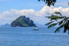Les roches et les collines près de Phuket Plages de la Thaïlande images libres de droits