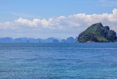 Les roches et les collines près de Phuket Plages de la Thaïlande photo stock