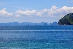 Les roches et les collines près de Phuket Plages de la Thaïlande image stock