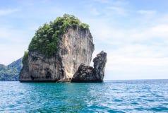Les roches et les collines près de Phuket Plages de la Thaïlande photos stock