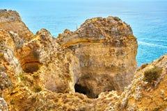 Les roches et la mer de falaise aboient avec de l'eau turquoise région à Lagos, Algarve, Portugal Image stock