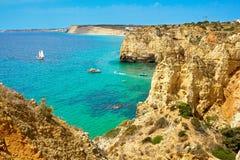 Les roches et la mer de falaise aboient avec de l'eau turquoise région à Lagos, Algarve, Portugal Photos libres de droits