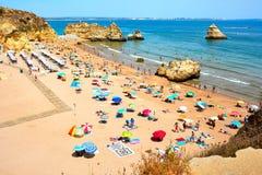 Les roches et la mer de falaise aboient avec de l'eau turquoise région à Lagos, Algarve, Portugal Photographie stock libre de droits