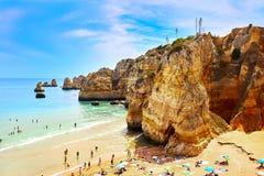 Les roches et la mer de falaise aboient avec de l'eau turquoise région à Lagos, Algarve, Portugal Images stock