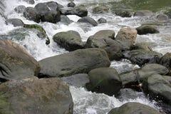 Les roches et les courants image stock