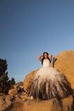 Les roches formelles de femme remet vers le haut du ciel bleu photo libre de droits