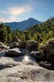 Les roches, les rivières, la forêt et les montagnes vues de GR20 traînent dans la Co Photographie stock libre de droits