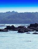 Les roches pâles molles dramatiques verticales dans l'horizon d'océan aménagent le CCB en parc Photographie stock libre de droits