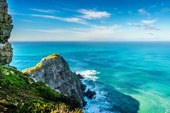 Les roches rocailleuses et les falaises raides du cap se dirigent dans la réserve naturelle du Cap de Bonne-Espérance image libre de droits