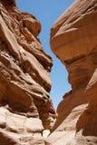 les roches rouges étroites rainent deux Images stock