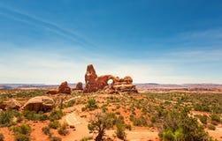 Les roches rouges avec le ciel bleu aménagent en parc en Utah Images libres de droits