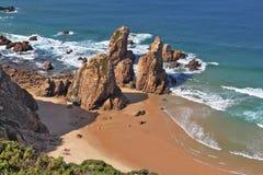 Les roches sur une plage isolée de l'Océan Atlantique Images libres de droits