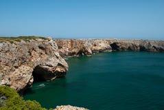 Les roches surplombent l'océan images stock