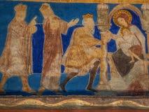 Les rois saints apportent leurs cadeaux à l'enfant du Christ Photographie stock